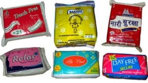 Exemples de serviettes hygiéniques low cost : les ateliers sont libres de les emballer à leur façon et trouve leur nom de marque.