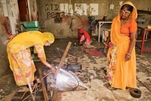Femmes construisant un panneau solaire (Inde).