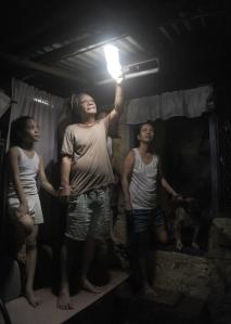 L'ampoule solaire éclaire enfin une maison de Manille.