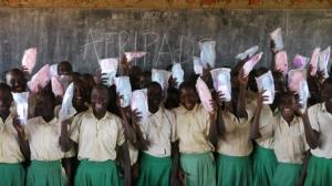 Jeunes filles dans une école équipée par la machine d'Aru - Ouganda.