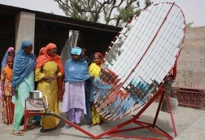 Panneau solaire construit et installé dans un village par les habitantes, alimentant le four collectif.